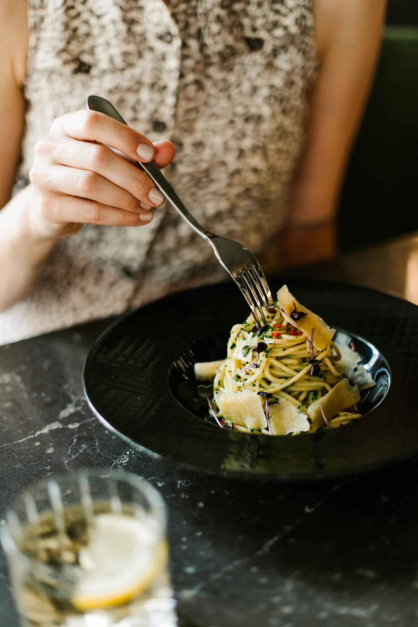 Ínycsiklandó fogások és friss, szezonális kínálat várja a vendégeket a BOTANIQ Turai Kastély éttermében